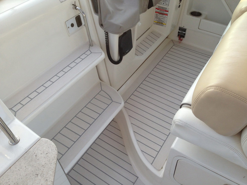 Sea Ray 335 with a Flexiteek 2G deck in Off-White with grey caulking